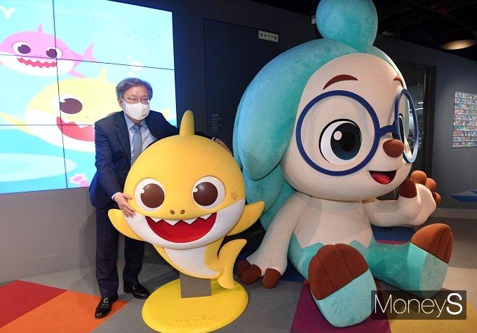 [머니S포토] 핑크퐁 아기상어 만난 권칠승 장관