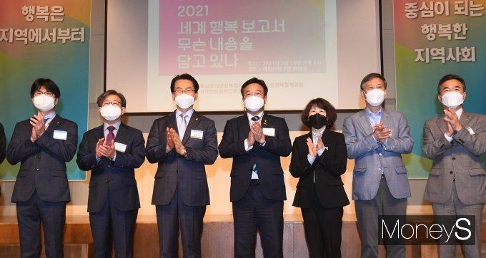 [머니S포토] 세계 행복 보고서 심포지엄 박수 치는 윤호중