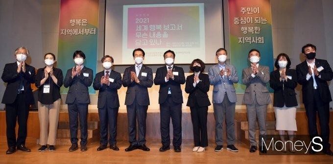 [머니S포토] 윤호중 원내대표, 2021 세계 행복 보고서 심포지엄 참석