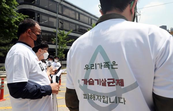 가습기살균제참사10주기비상행동 회원들이 18일 서울 서초구 서울고등법원 앞에서 피해 증언을 하고 있다. /사진=뉴스1