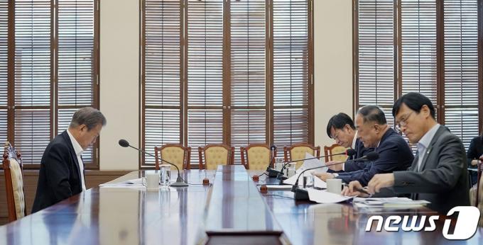 문재인 대통령과 홍남기 부총리 겸 기획재정부 장관(오른쪽 가운데). (청와대 제공) 2019.11.14/뉴스1