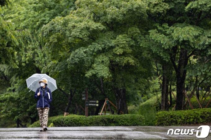 비가 내리는 17일 오전 서울 서대문구 서대문형무소에서 우산을 쓴 시민들이 발걸음을 옮기고 있다. 2021.5.17/뉴스1 © News1 이재명 기자