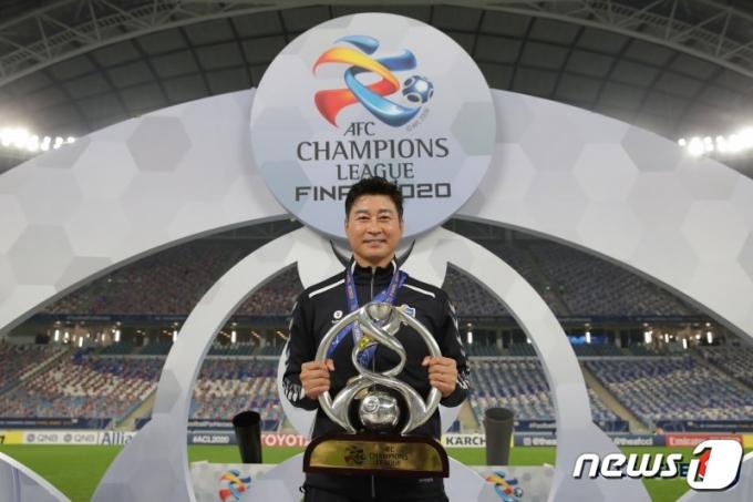 19일(현지시간) 카타르에서 열린 아시아축구연맹(AFC) 챔피언스리그(ACL) 결승전에서 페르세폴리스(이란)을 2대1로 제압해 우승을 차지한 울산현대 김도훈 감독이 우승컵을 들고 기념촬영을 하고 있다. (한국프로축구연맹 제공) 2020.12.20/뉴스1
