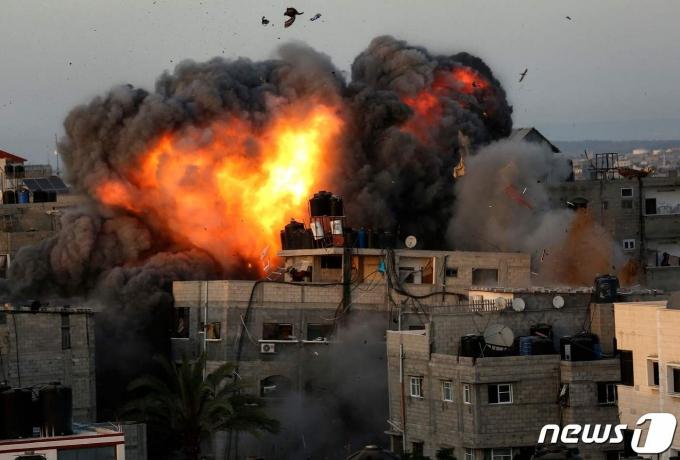 팔레스타인 무장 정파 하마스가 장악하고 있는 가자지구 민간인 주거지가 2021년 5월 16일 이스라엘의 폭격을 맞은 모습. © AFP=뉴스1