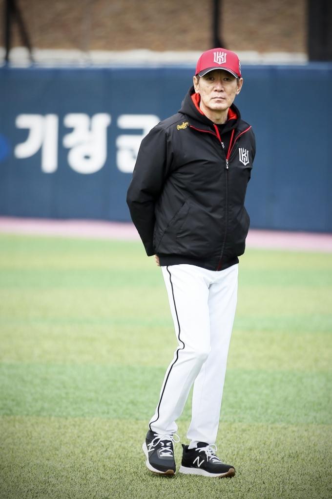 훈련을 지켜보고 있는 이강철 감독.(KT 위즈 제공)© 뉴스1