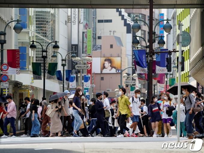 마스크를 쓴 인파가 도쿄 도심을 지나고 있다. © 로이터=뉴스1