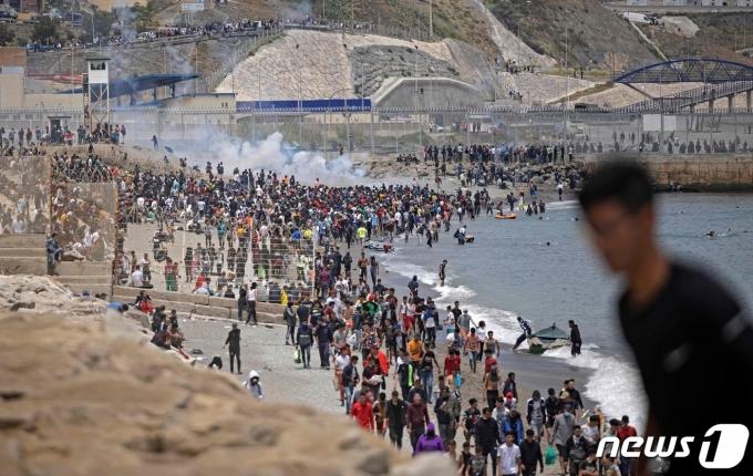 스페인령 세우타에 몰려든 모로코인들. © AFP=뉴스1