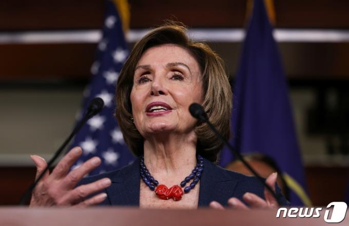낸시 펠로시 미국 하원의장이 18일(현지시간) 워싱턴DC에서 기자회견을 하고 있다. © 로이터=뉴스1