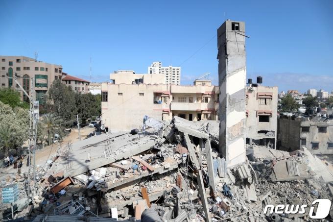18일(현지시간) 이스라엘의 공습을 당해 무너진 팔레스타인 가자지구의 한 건물. © 로이터=뉴스1