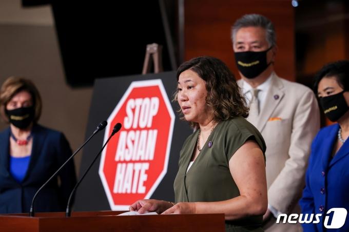 아시아계 증오범죄 방지법을 공동 발의한 그레이스 멩(뉴욕·민주) 하원의원이 18일(현지시간) 워싱턴DC에서 기자회견을 하고 있다. © 로이터=뉴스1