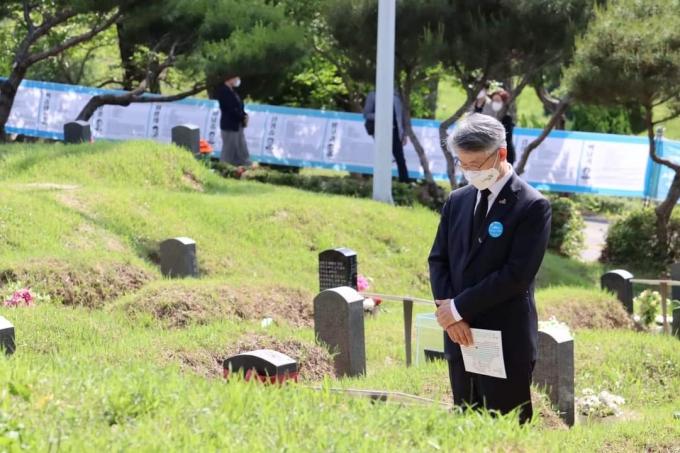 지난 18일 오후 광주 북구 망월동 민족민주열사묘역을 참배하고 있다. / 사진=이재명 지사 SNS 갈무리