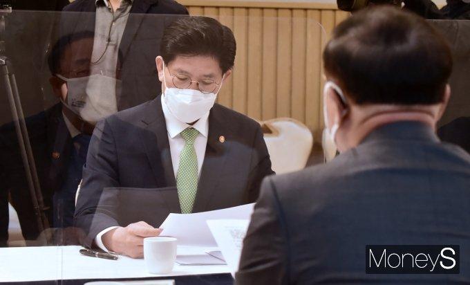 [머니S포토] 부동산시장장관회의, 부총리 발언 경청하는 국토부 '노형욱'