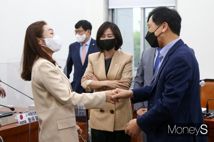 [머니S포토] 의원들과 대화하는 김기현 권한대행