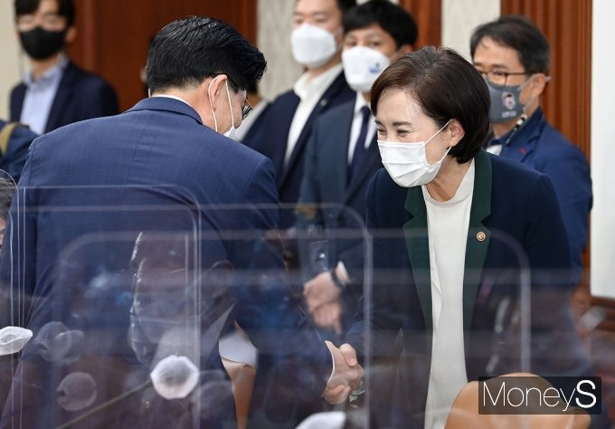[머니S포토] 국정현안점검회의, 인사 나누는 유은혜-노형욱