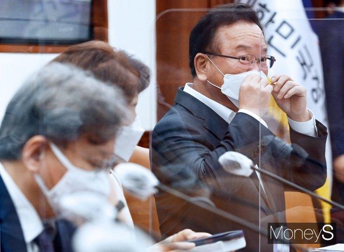 [머니S포토] 마스크 고쳐쓰는 김부겸 총리
