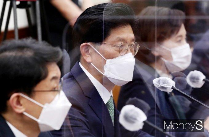 [머니S포토] 국정현안점검조정회의, 총리 발언 경청하는 '노형욱'