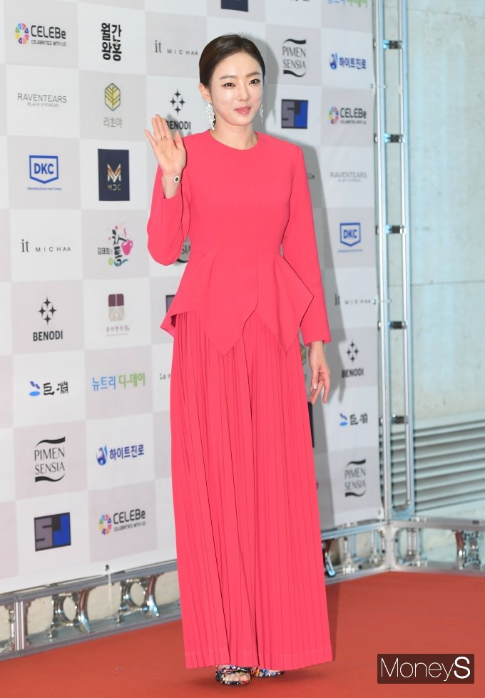 [머니S포토] 김태희, 강렬한 핫핑크 드레스