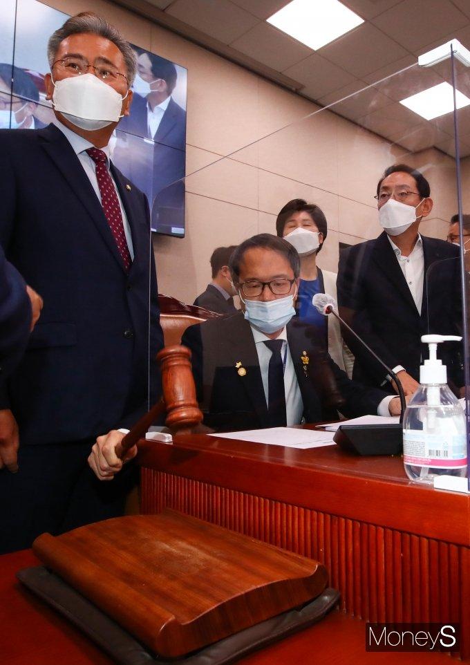 [머니S포토] 박주민 간사 '법사위 전체회의 정회 선포'