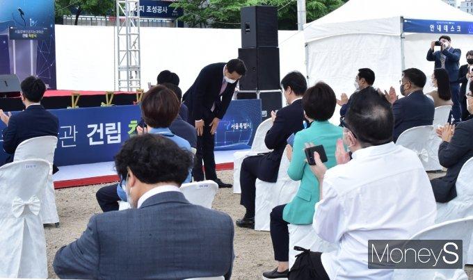 [머니S포토] 서울로봇인공지능과학관 착공, 내외빈 인사하는 오세훈 시장