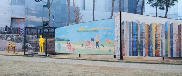 삭막했던 역사 하부가 시민들을 위한 문화예술공간으로 변모했다. / 사진제공=용인시