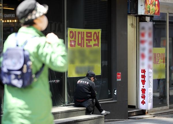 정부가 사회적 거리두기 단계와 5인 사적 모임 금지 조치를 오는 24일부터 3주 동안 유지하기로 결정했다. 사진은 지난달 19일 서울 중구 명동거리의 한 폐업상가에 임대 안내문이 붙어 있는 모습. /사진=뉴스1
