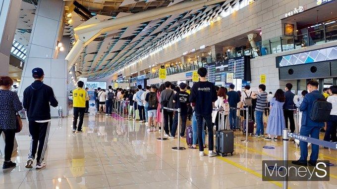 올 들어 4월까지 한국공항공사가 운영하는 전국 14개 공항의 운항편수는 12만2380편으로 지난해(11만249편)보다 오히려 11.0% 늘었다. 사진은 사람들로 북적이는 김포공항./사진=지용준 기자