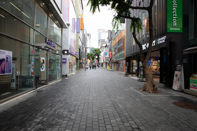 코로나19 대응 사회적 거리두기 단계가 현행 대로 3주 동안 유지된다. 사진은 지난 21일 한산한 서울 명동 거리. /사진=뉴스1