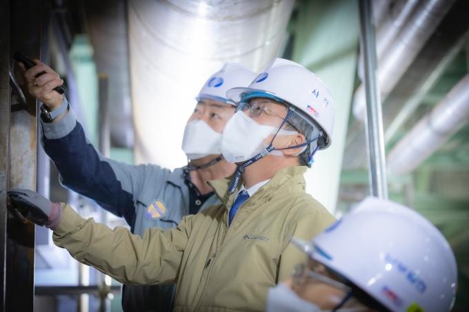 이승우 사장이 부산발전본부에서 발전소 터빈 등 주요 설비를 점검하고 있다./사진=남부발전
