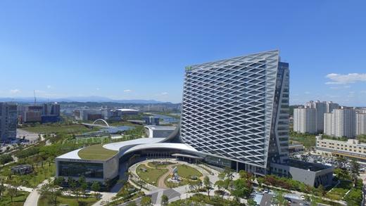 한국토지주택공사(LH)는 ESG채권 가운데 하나인 녹색채권 6300억원을 시중금리 대비 0.01~0.02% 낮게 발행했다. LH가 국내채권으로 발행한 최초의 ESG채권이다. /사진제공=LH
