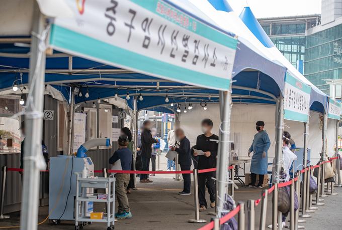 코로나19 일일 신규 확진자가 25일 0시 기준 516명으로 조사됐다. 사진은 지난 23일 서울 중구 서울역 광장에 마련된 선별진료소를 찾은 시민들. /사진=뉴스1