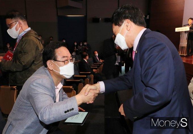 [머니S포토] 당대표로 출마한 주호영과 악수하는 김기현 권한대행