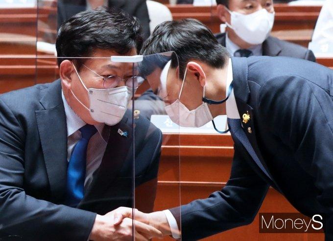 [머니S포토] 민주당 의총, 인사 나누는 송영길-김용민