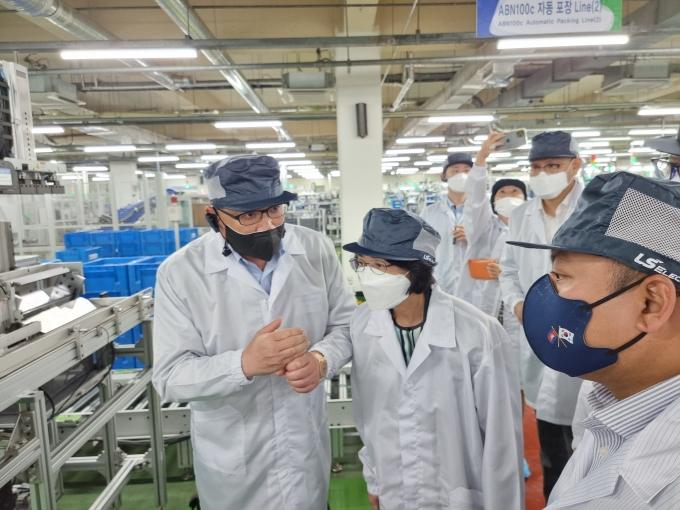 구자균 LS일렉트릭 회장(왼쪽)이 주한 아세안 대사들에게 LS일렉트릭 스마트팩토리 기술을 직접 설명하고 있다. / 사진=LS일렉트릭