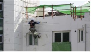 최근 광주·전남지역 건설현장에서 '달비계' 작업 중 추락으로 인한 사망사고가 잇따르면서 안전 조치 이행이 절실하다.달비계를 이용한 작업 모습/사진=광주지방고용노동청 제공.