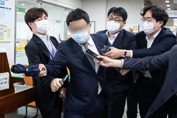 고(故) 김홍영 검사를 폭행한 혐의로 기소된 전직 부장검사가 25일 징역 1년 6개월을 구형받았다. 사진은 김 전 부장검사가 결심 공판기일 후 취재진을 피하는 모습이다. /사진=뉴스1