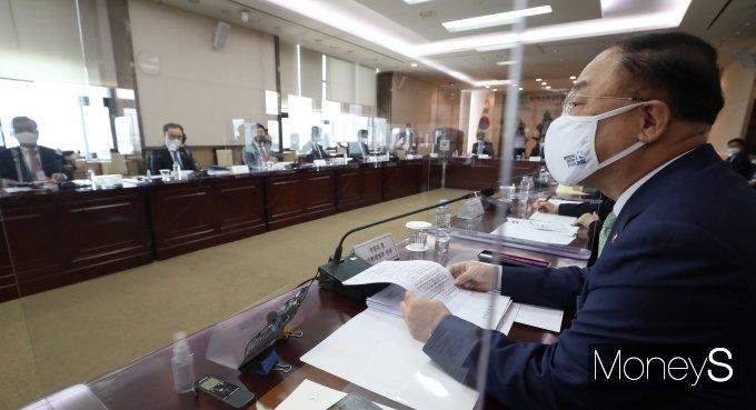 [머니S포토] 소재·부품·장비 경쟁력강화위원회서 발언하는 홍남기