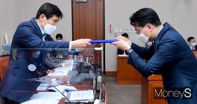 [머니S포토] 손실보상법 입법 청문, 증인 선서문 전달하는 중기부