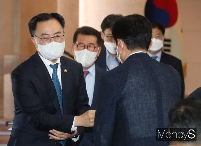 [머니S포토] 참석자들과 인사하는 문승욱 산자부 장관