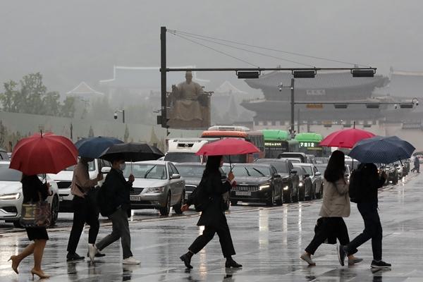 수요일인 26일은 오전에 맑다가 제주부터 비가 내리기 시작해 전국으로 확대될 전망이다. 사진은 25일 서울 종로구 광화문에서 우산을 쓴 시민들이 출근하는 모습. /사진=뉴스1