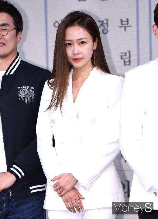 배우 홍수현이 동갑의 비연예인과 결혼한다. /사진=장동규 기자