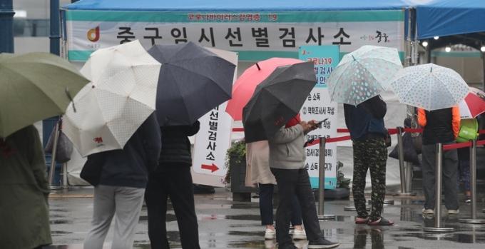 코로나19 일일 신규 확진자가 28일 0시 기준 587명으로 조사됐다. 사진은 지난 27일 서울 중구 서울역 광장에 마련된 코로나19 임시 선별검사소에서 시민들이 검사를 받기 위해 기다리는 모습. /사진=뉴스1