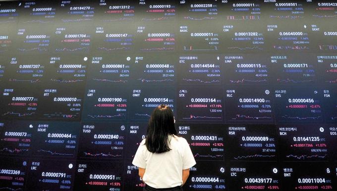 지난 24일 오후 서울 강남구 업비트 라운지에서 한 투자자가 전광판에 표시된 가상화폐 시세를 지켜보고 있다./사진=장동규 기자