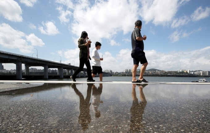 토요일(29일)은 비가 그치고 초여름 날씨가 찾아올 전망이지만 일부 지역은 산발적인 비가 계속될 수도 있다. 사진은 지난 25일 서울 서초구 잠수교에서 시민들이 산책을 즐기고 있는 모습. /사진=뉴스1