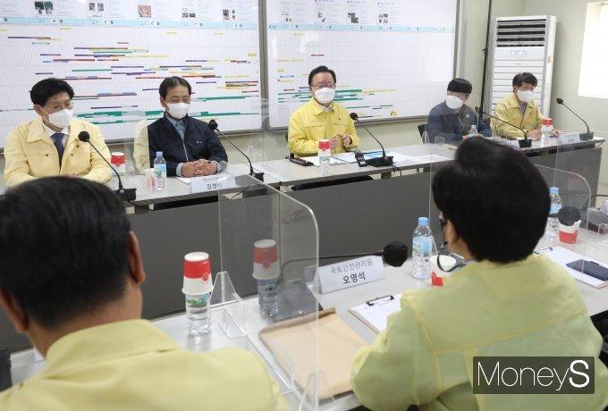 [머니S포토] 김부겸 총리, 마곡 LG아트센터 건설현장서 간담회