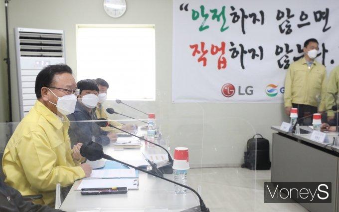 [머니S포토] 산재예방을 위한 현장간담회서 인사말 하는 김부겸