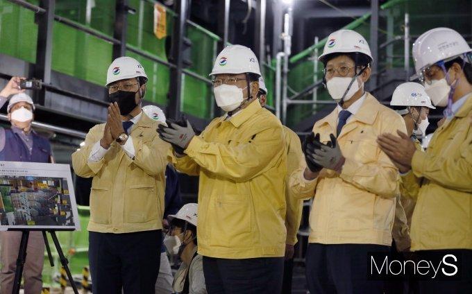 [머니S포토] 건설현장 화재대응 모의훈련 지켜보는 김부겸 총리