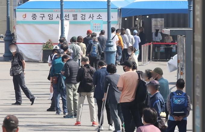 지난 29일 오전 서울 중구 서울역 광장에 마련된 코로나19 임시 선별검사소에서 시민들이 검사를 받기 위해 기다리는 모습. /사진=뉴스1