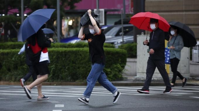 지난 28일 오후 울산 남구 한 거리에서 갑작스러운 비가 내리자 한 시민이 가방을 머리 위로 쓰며 비를 피하는 모습. /사진=뉴스1