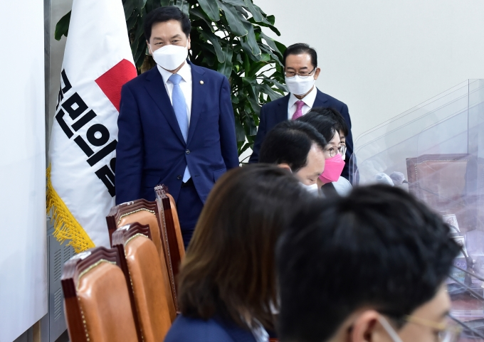 [머니S포토] 국민의힘 비대위 들어서는 김기현-이종배