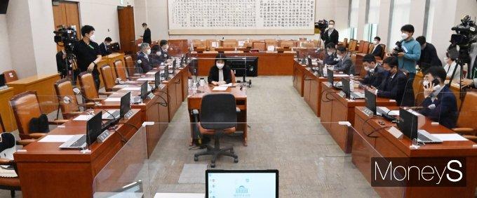 [머니S포토] 국회 법사위 민주당, 열린민주와 함께 김오수 청문보고서 채택